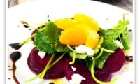 Salade de betteraves et mandarines sur roquette et copeaux de fromage de chèvre