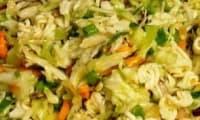 Ramen au poulet en salade composée aux légumes du marché