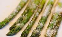 Asperges vertes grillées à l'huile d'olive, au citron et au parmesan