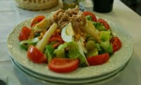 Salade composée au thon, tomate, haricots, oeufs, concombre, poivron, aux fines herbes