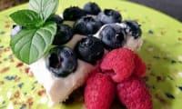 Cheesecake aux framboises et myrtilles