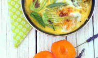 Omelette aux fleurs de courgette et feuilles de sauge fraîche