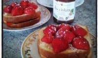 toast de brioche à la pâte à tartiner et aux fraises