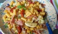 Salade de pâtes aux artichauts grillés, tomates confites et chips de pancetta