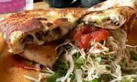 Quesadillas au poulet, mozzarella, avocat, salsa tomates