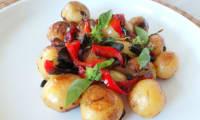 Pommes de terre grenailles aux poivrons et au basilic