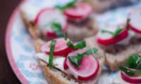 Tapas de radis roses et de Roquefort