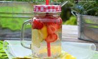 Eau aromatisée au citron jaune, citron vert et fraises
