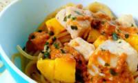 Spaghettis au poulet, mangue et sauce satay