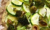 Flammküche verte au sarrasin, courgette, brocoli et tofu soyeux