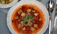 Bouillon de tomates et petits croûtons à l'ail et au persil