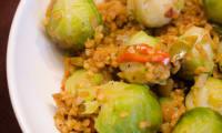 Poêlée de choux de Bruxelles, aux légumes et au boulgour