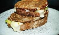 Grilled cheese comté, tomate, avocat sauce tahini