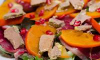 Salade de kakis au magret de canard fumé et au foie gras