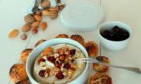 Camembert fondu au four, cranberries, noix variées et petits pains au lait