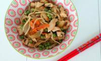 Nouilles chinoises sautées au poulet au wok sauce yakitori