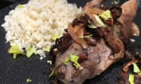Caille rôtie, poire confite et grains de chou-fleur.