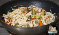 Wok rapide de poulet aux légumes à la thaï
