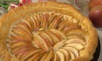 Tarte aux pommes citronnées et sur fond de noisettes.