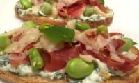 Tartines aux herbes, jambon févettes et ricotta