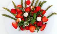 Salade d'asperges, fraises, mozzarella et basilic