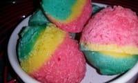 Gateaux tricolores dans des œufs de Pâques