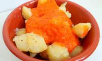 Tapas : Patatas bravas ou pommes de terre à la sauce épicée aux poivrons