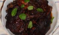 Gigot d'agneau lentement cuit, au vin rouge et aux épices