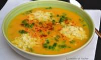 Soupe aux carottes épicée au curcuma, asperges vertes et provolone