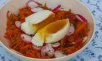 Salade de carottes rapées au chorizo et oeuf mollet