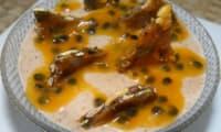 Mousse glacée au praliné, coulis de fruit de la passion et nougatine aux graines de courge