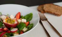 Salade de jeunes pousses d'épinard, Munster blanc et fraises d'Alsace, vinaigrette passion