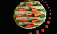 Tarte fine asperges d'Alsace, fraises et fines herbes
