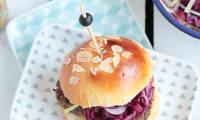 Hamburger végétarien, galettes de légumes et salade de chou rouge