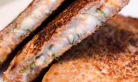 Croque monsieur au saumon, à l'emmental et à l'aneth