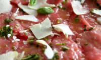 Carpaccio de boeuf au basilic et copeaux de parmesan