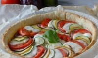 Tarte aux légumes d'été, moutarde et mozzarella