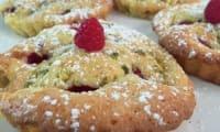 Gâteaux aux prunes et aux framboises