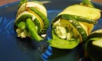Rouleaux de courgettes farcis au fromage de chèvre doux, dinde, salade
