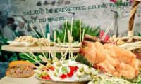 Salade de crevettes aux pommes, céleri, oeufs et noix du Brésil