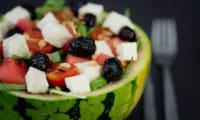 Salade roquette, tomate, pastèque et munster blanc