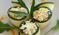 Roulés de courgette crue au fromage frais, carotte et curcuma
