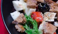 Salade de crudités, à la mozzarella, aux myrtilles et aux croûtons