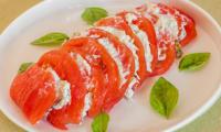 Tomates à la crème de concombre et ricotta