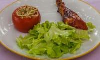 Poulet sauce barbecue avec des tomates farcies aux pâtes