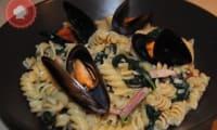 Pâtes aux épinards, moules et lardons