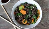 Nouilles soba au chou chinois, carotte et gingembre