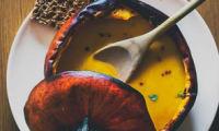 Velouté de courge aux noix de pécan grillées