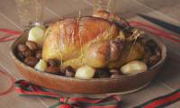 Pintade rôtie, poires épicées et marrons glacés