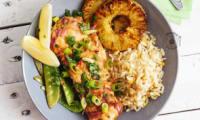 Saumon en papillote, ananas grillés et pois gourmands